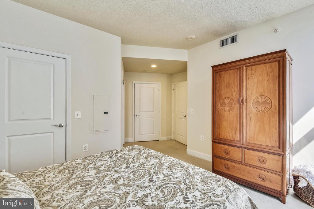 Plenty of Rm in Master for Large Furniture Pieces! - 3600 S GLEBE RD #222W, ARLINGTON