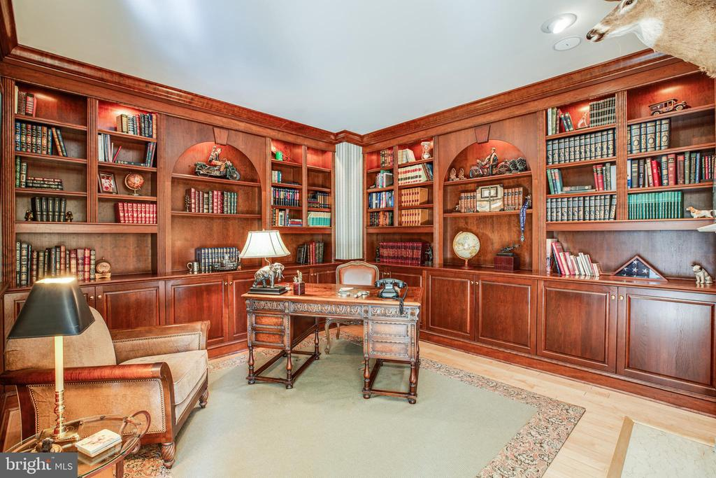 Beautiful Library off entry - 112 CARROLL CIR, FREDERICKSBURG