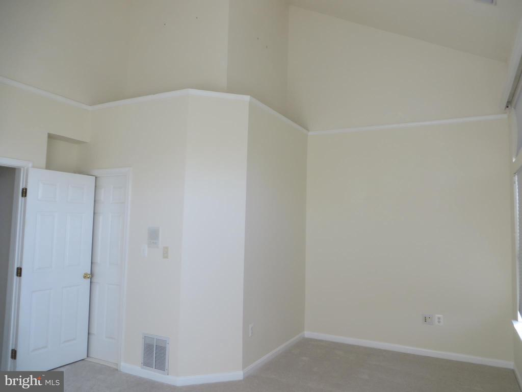 VAULTED CEILING IN MASTER BEDROOM - 336 CAMERON STATION BLVD, ALEXANDRIA