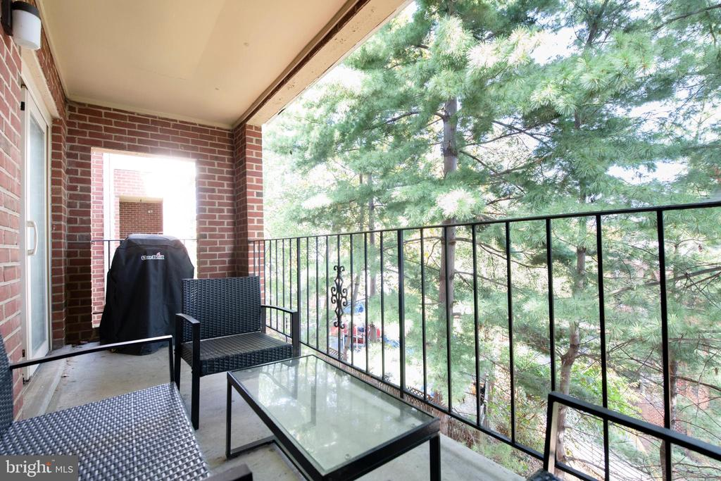 Balcony with plenty of green - 1849 N UHLE ST #1, ARLINGTON