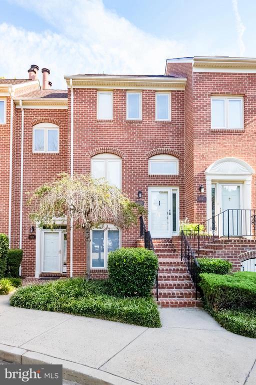 Gorgeous brick front - 1849 N UHLE ST #1, ARLINGTON