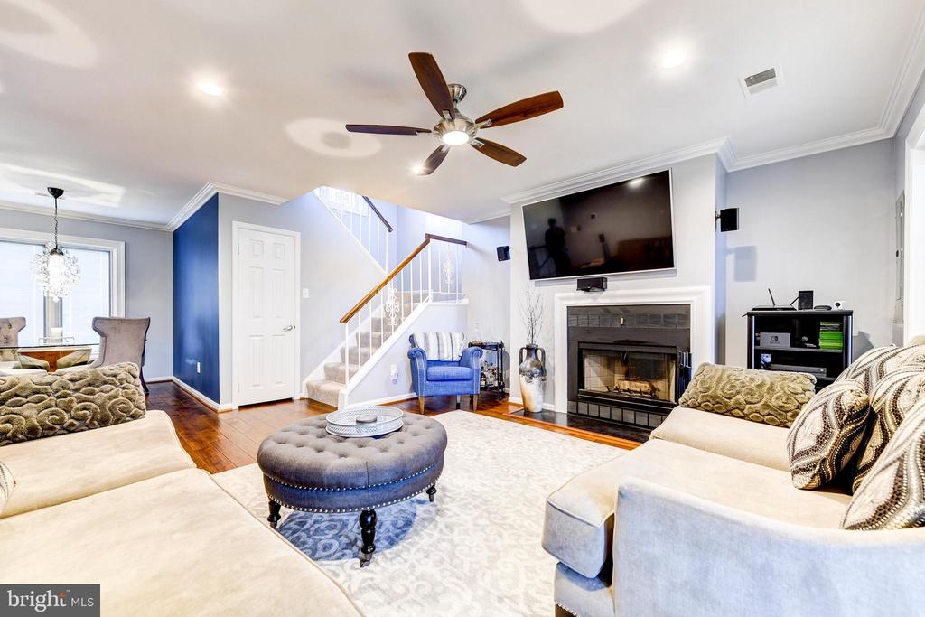 Recessed lighting in your spacious living room - 1849 N UHLE ST #1, ARLINGTON