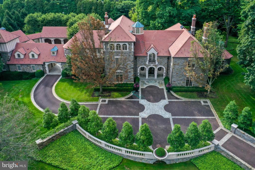 Incredible curb appeal and symmetry - 733 N SPRING MILL RD, VILLANOVA
