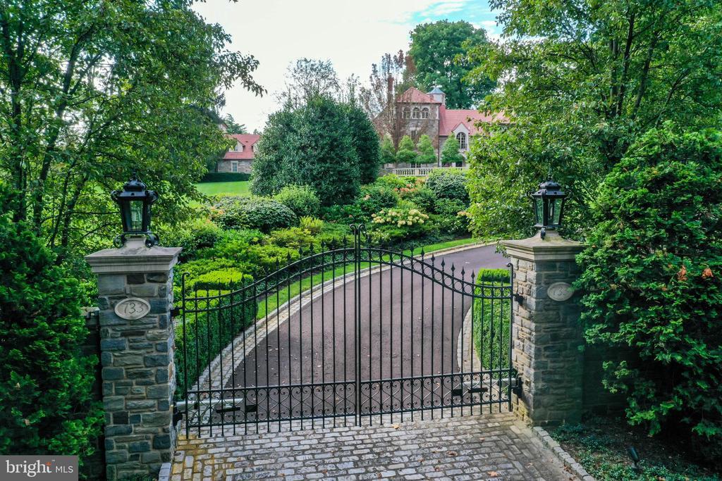 Impressive gated entrance with stone pillars - 733 N SPRING MILL RD, VILLANOVA