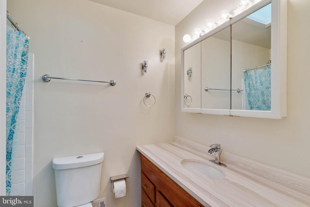 Main Level Full Bathroom - 9083 ANDROMEDA DR, BURKE