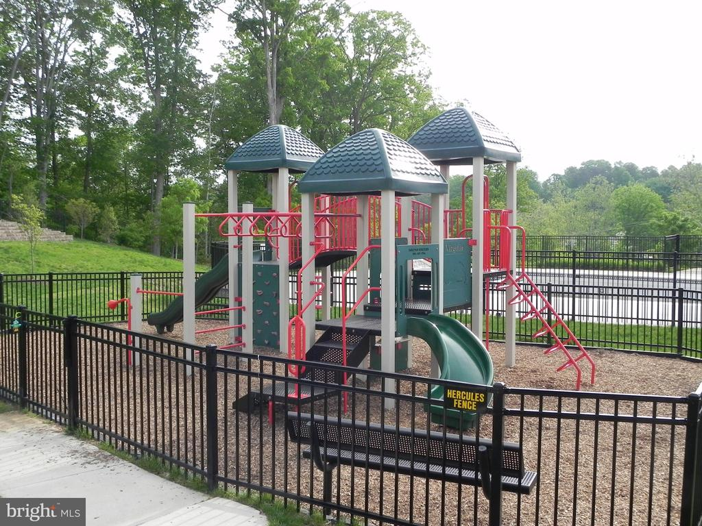 Tot lot/Playground - 2229 POTOMAC CLUB PKWY #32, WOODBRIDGE