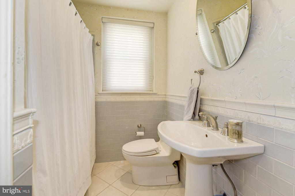Renovated full hall bath between bedrooms 2&3, wit - 2101 CONNECTICUT AVE NW #66, WASHINGTON