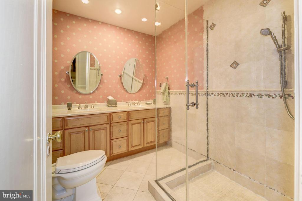 Owner bath - 2101 CONNECTICUT AVE NW #66, WASHINGTON