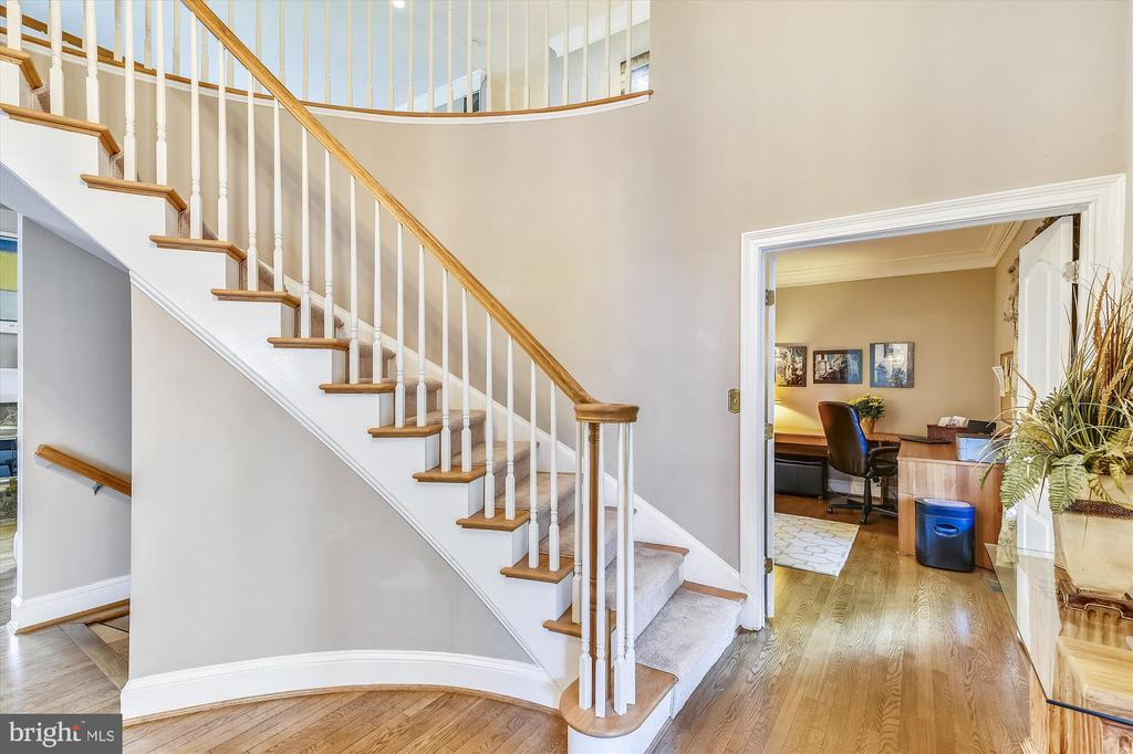 Beautiful foyer with majestic staircase. - 9520 LEEMAY ST, VIENNA