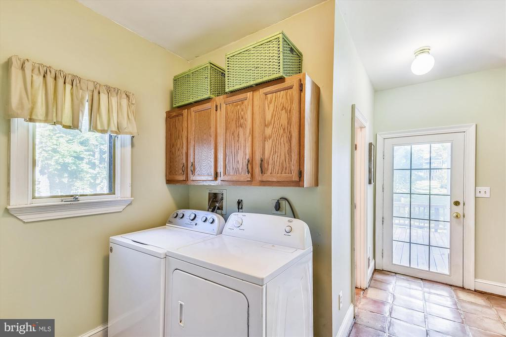 Mud room with washer and dryer. - 9520 LEEMAY ST, VIENNA