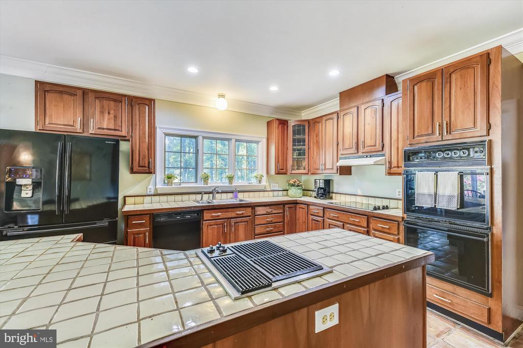 Kitchen with beautiful cherry cabinets. - 9520 LEEMAY ST, VIENNA