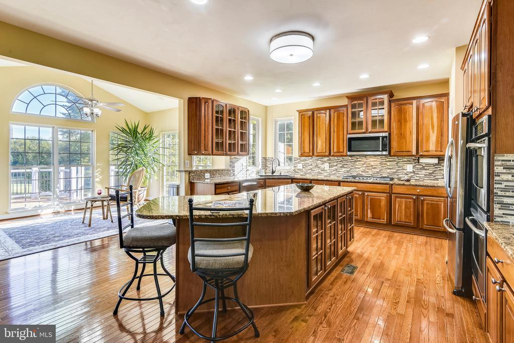 Breakfast bar conveniently out of the Chef's way! - 39278 KARLINO CT, HAMILTON