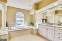 Huge Master Bath w/ double vanity & jetted tub. - 39278 KARLINO CT, HAMILTON