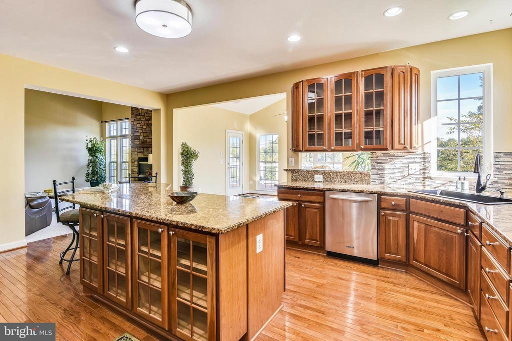 Gourmet Kitchen! Many beautiful glass fronts - 39278 KARLINO CT, HAMILTON