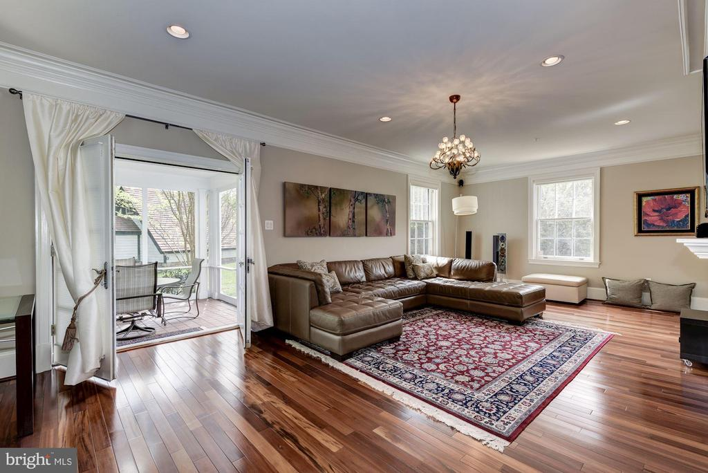 Great room w/fireplace, exit to screened porch. - 3 BULLARD CIR, ROCKVILLE
