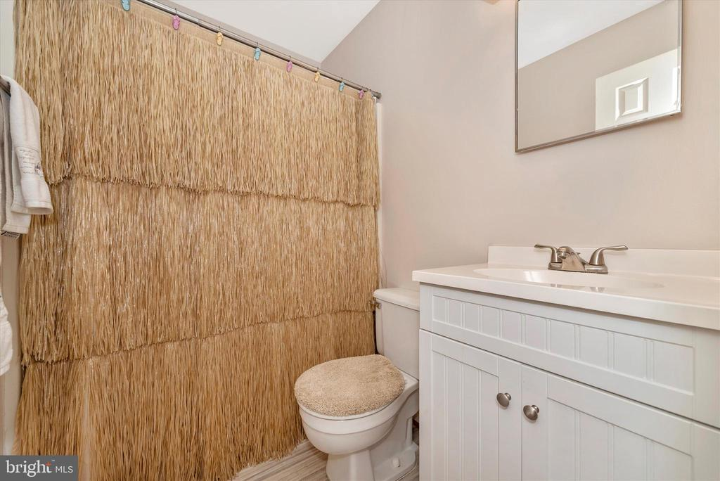Hallway Full Bathroom - 11902 MILLBROOKE CT, MONROVIA