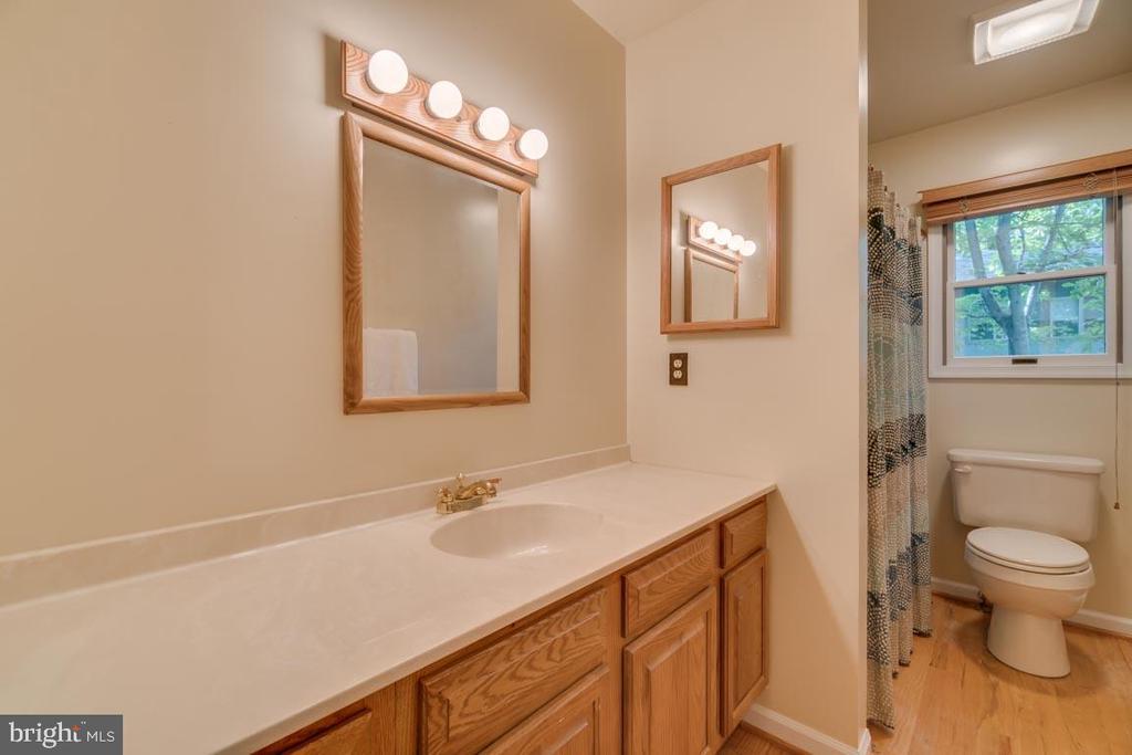 Hall bath inbet 2nd & 3rd bedrooms/Hardwood floors - 103 BIRCHSIDE CIR, LOCUST GROVE