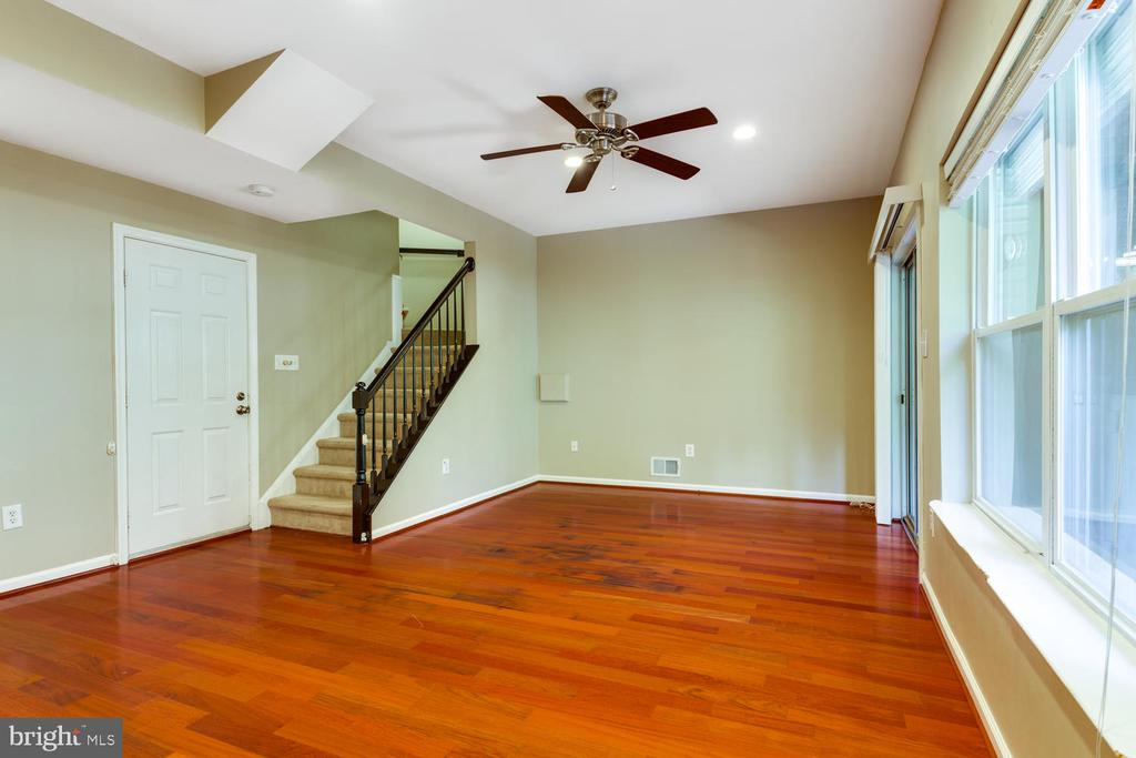 Cosy first floor  family room with wood floors - 6626 CHARLES GREEN SQ, ALEXANDRIA