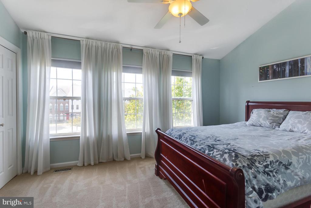 Spacious guest room - 6626 CHARLES GREEN SQ, ALEXANDRIA