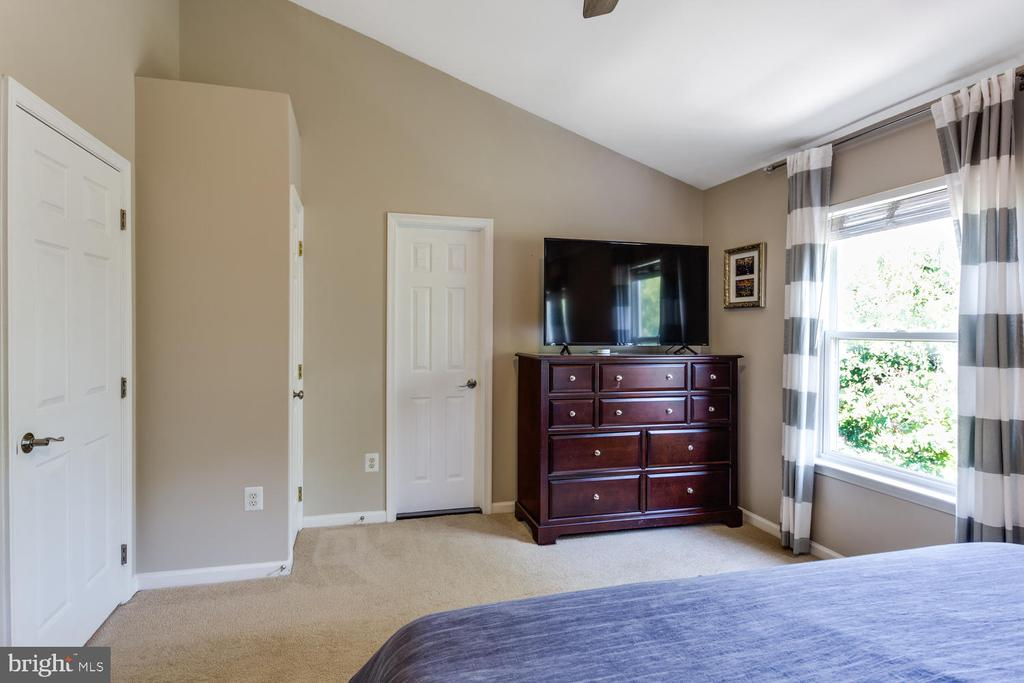 Room for dressers - 6626 CHARLES GREEN SQ, ALEXANDRIA