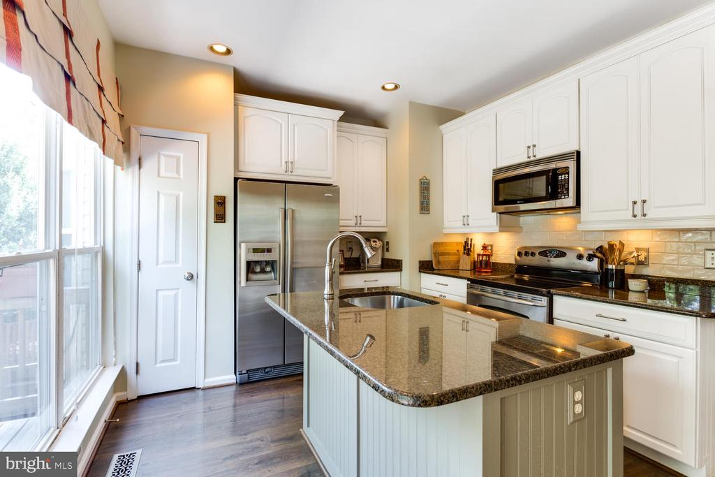 Granite countertops and stainless steel & pantry - 6626 CHARLES GREEN SQ, ALEXANDRIA