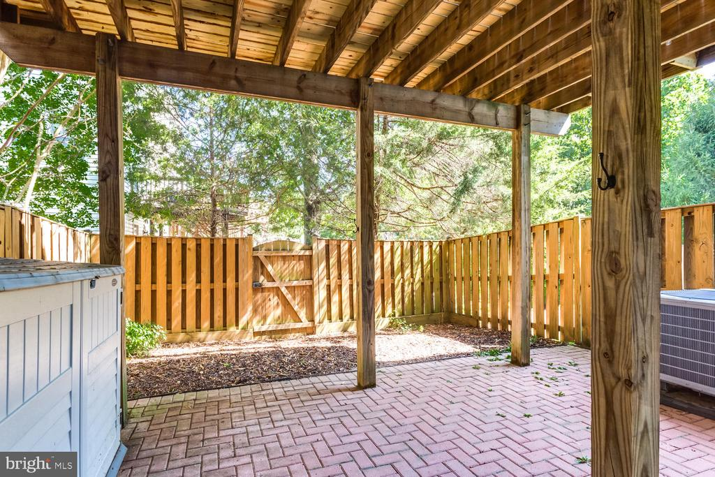 Fully fenced private courtyard. - 6626 CHARLES GREEN SQ, ALEXANDRIA