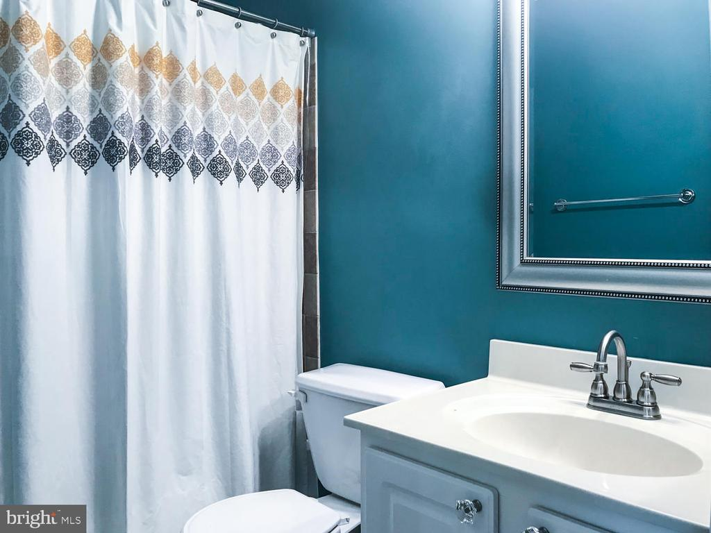 Hall bath - 6626 CHARLES GREEN SQ, ALEXANDRIA