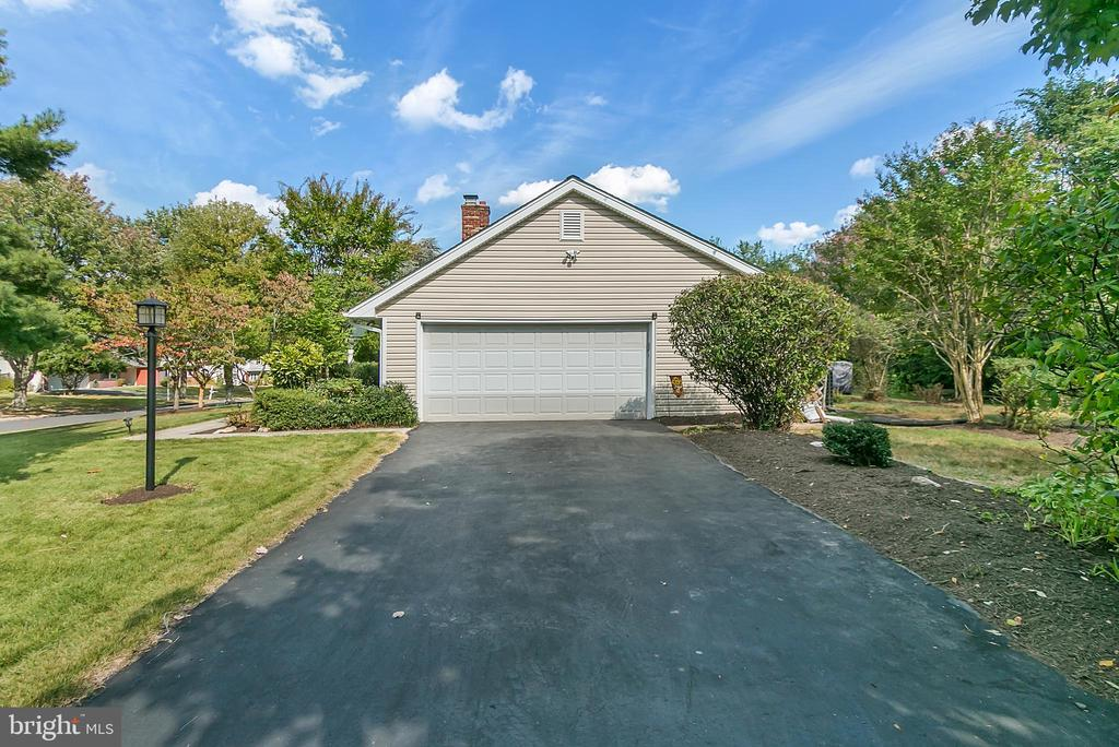 Side load two car garage with extra parking - 2808 VILLAGE LN, SILVER SPRING