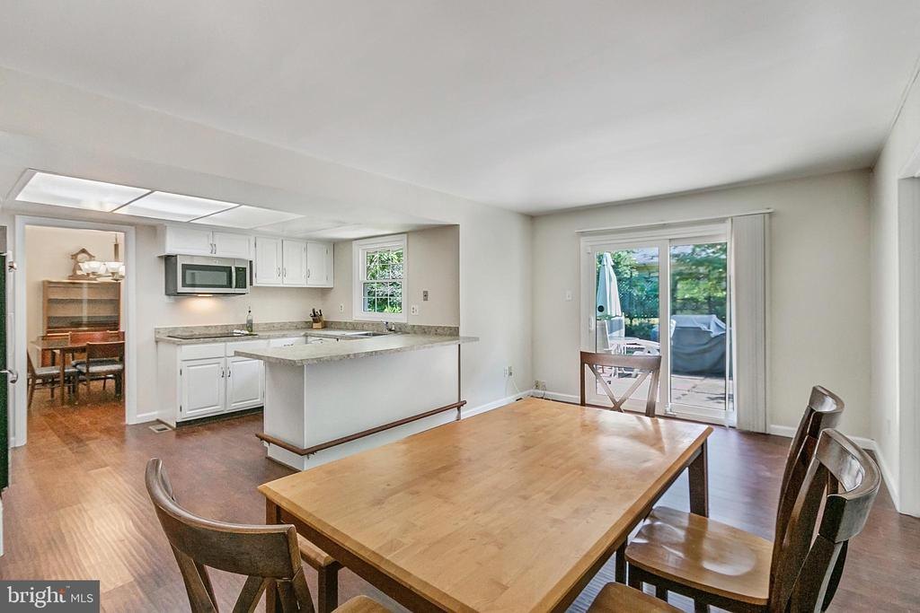 Table space kitchen with breakfast bar - 2808 VILLAGE LN, SILVER SPRING