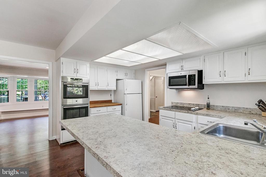 Fully equipped kitchen - 2808 VILLAGE LN, SILVER SPRING