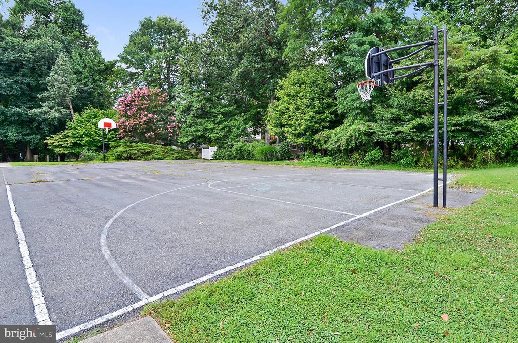 Community Basketball court - 2808 VILLAGE LN, SILVER SPRING