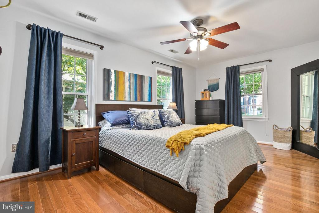 Sunny bedroom with new hardwoods - 4098 LEE HWY, ARLINGTON