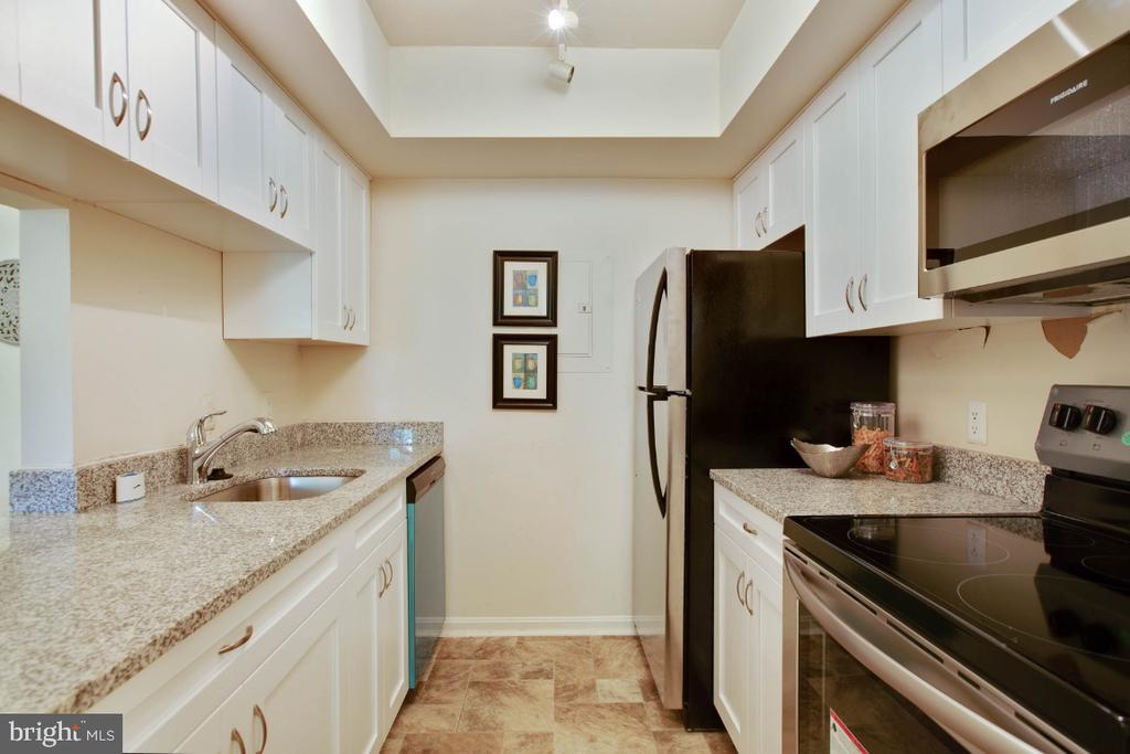 New Kitchen! - 8203 WHISPERING OAKS WAY #202, GAITHERSBURG