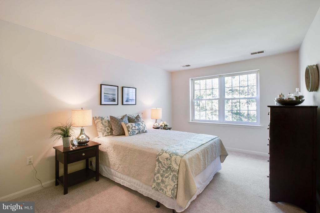Owners Suite has full bath and walk-in closet - 8203 WHISPERING OAKS WAY #202, GAITHERSBURG