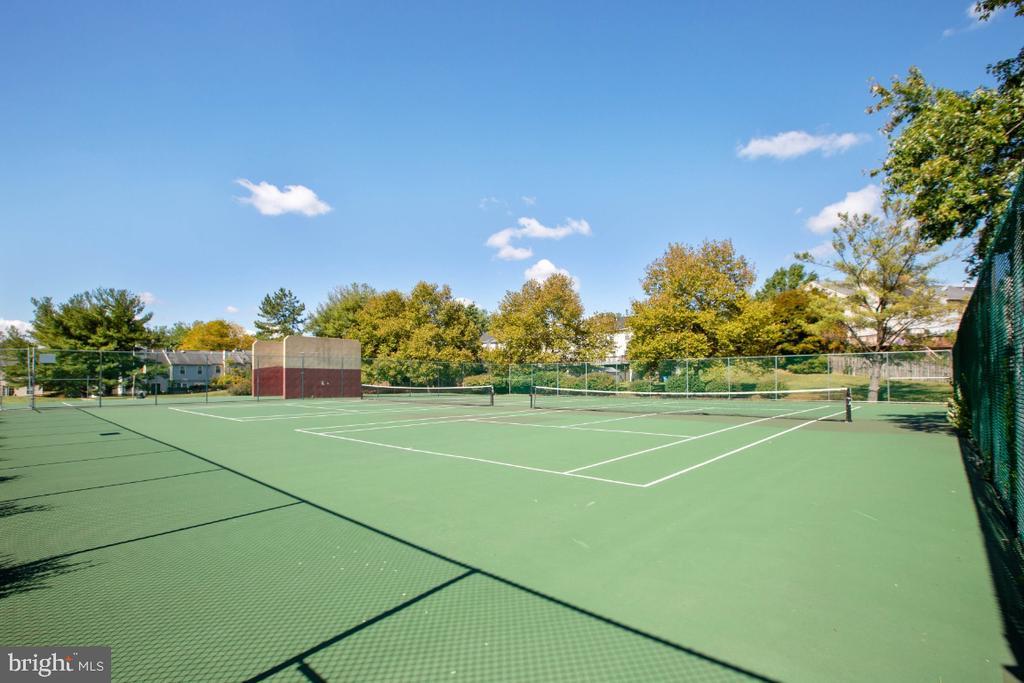 Tennis courts - 8203 WHISPERING OAKS WAY #202, GAITHERSBURG