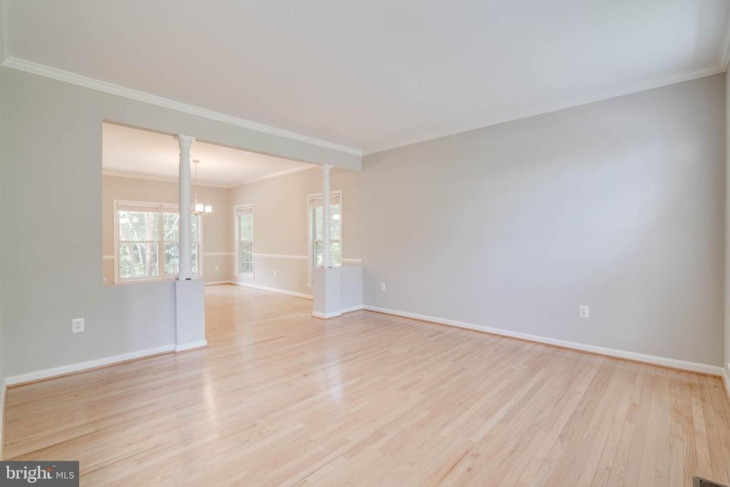 Spacious living room with hardwood floors - 6541 JEROME CT, MANASSAS