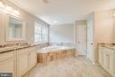 Large soaking tub and separate vanities - 6541 JEROME CT, MANASSAS
