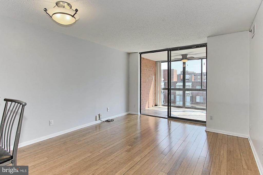 Living room with handsome hardwoods - 1024 N UTAH ST #816, ARLINGTON