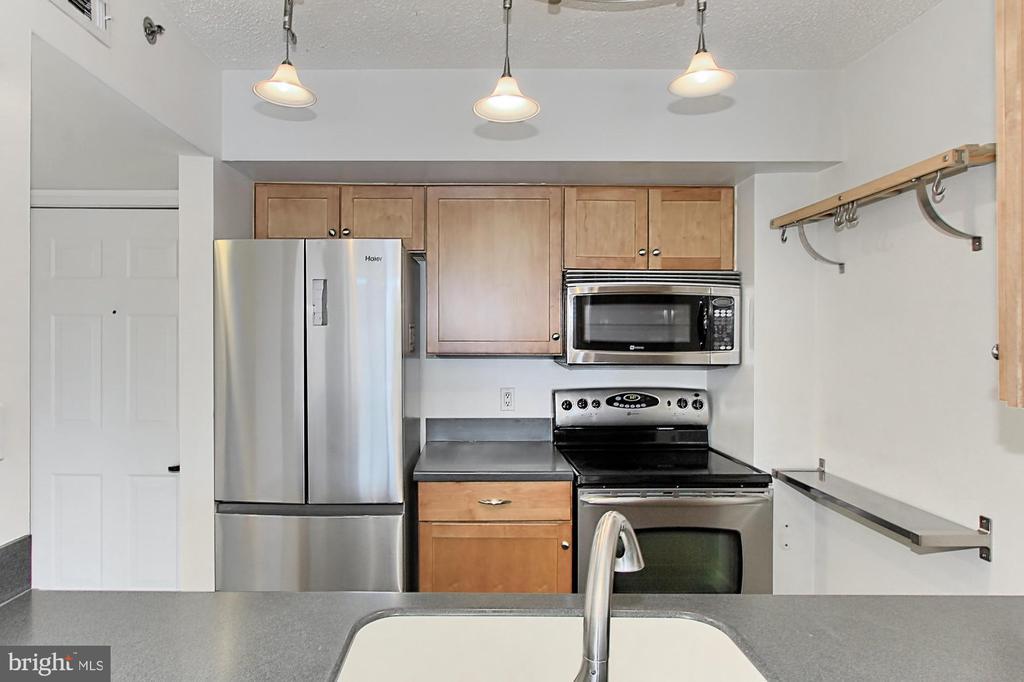 Kitchen w/brand new stainless steel refrigerator - 1024 N UTAH ST #816, ARLINGTON