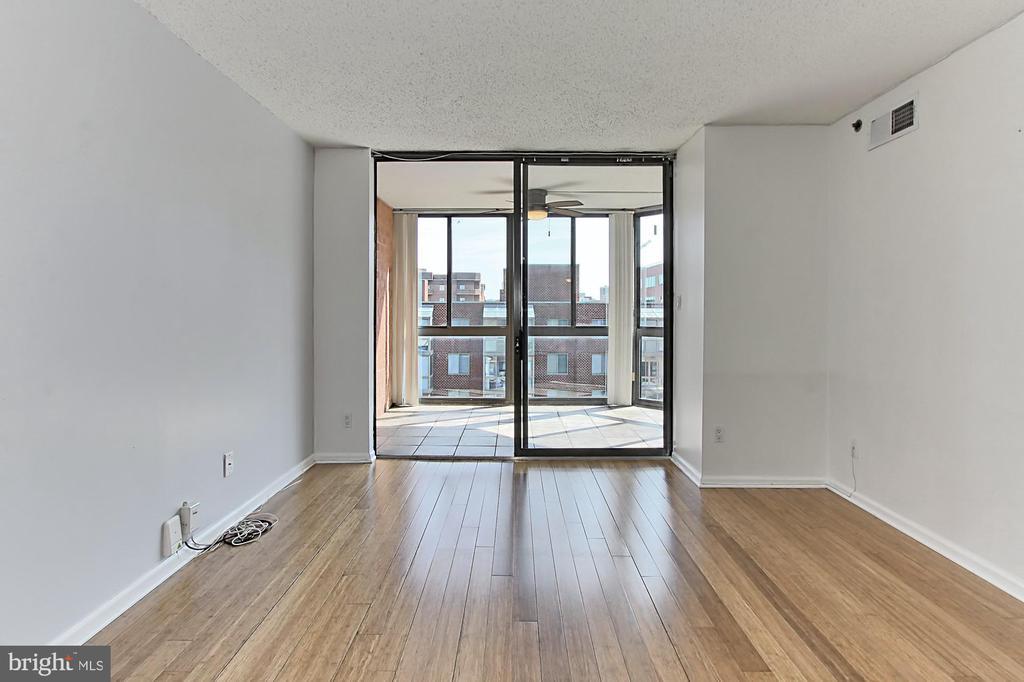Bright living room space - 1024 N UTAH ST #816, ARLINGTON