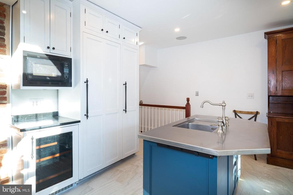Large island with sink - 1511 16TH ST NW, WASHINGTON