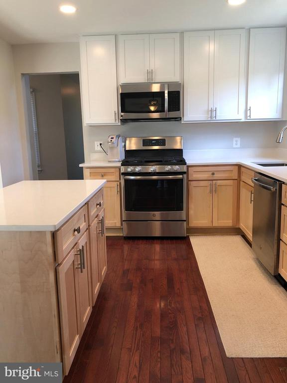 5 Burner Gas Stove - 9505 COUNTRY ROADS LN, MANASSAS