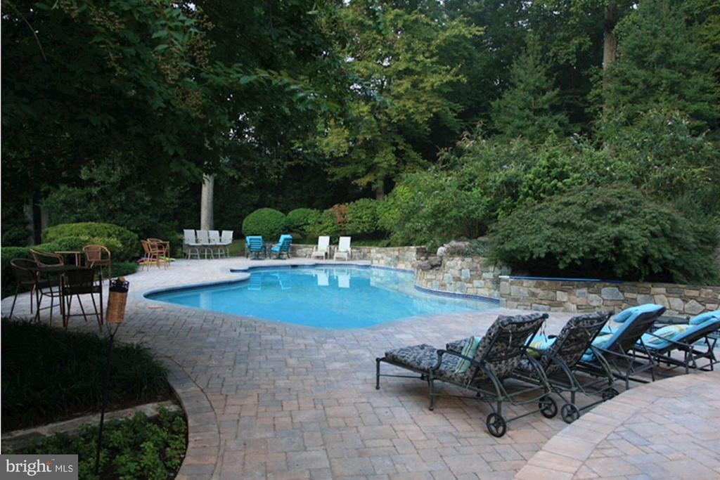 Relaxing pool - 7115 WOLF DEN RD, FAIRFAX STATION