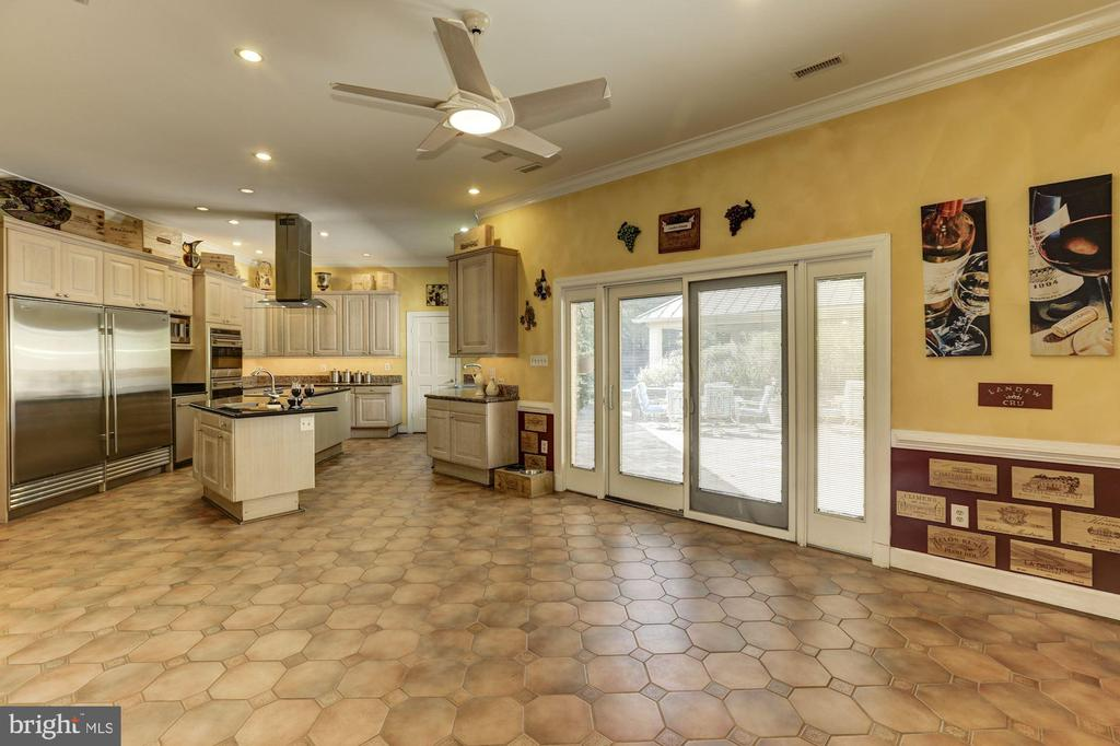 Spacious gourmet kitchen - 7115 WOLF DEN RD, FAIRFAX STATION