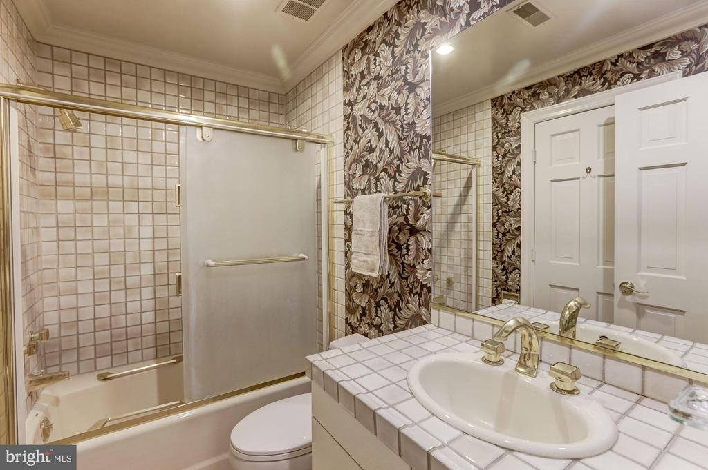 Private fourth bedroom bath - 7115 WOLF DEN RD, FAIRFAX STATION