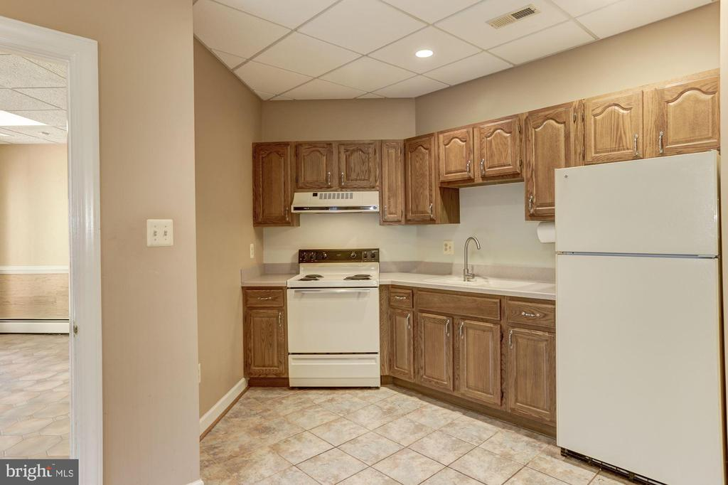 Suite with kitchen - 7115 WOLF DEN RD, FAIRFAX STATION