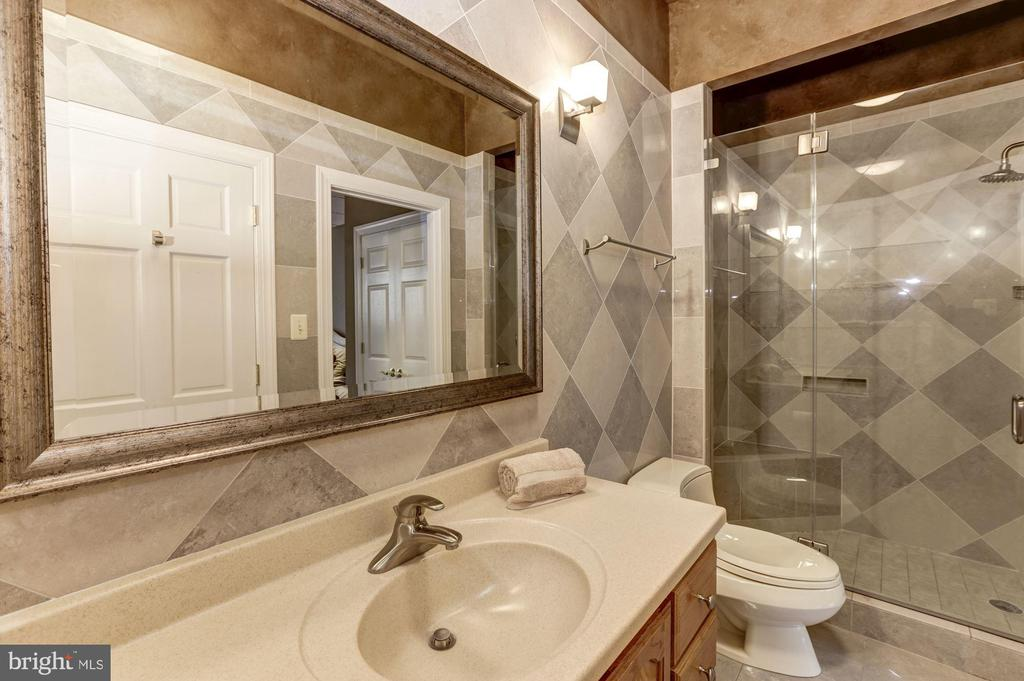 Suite full bath - 7115 WOLF DEN RD, FAIRFAX STATION