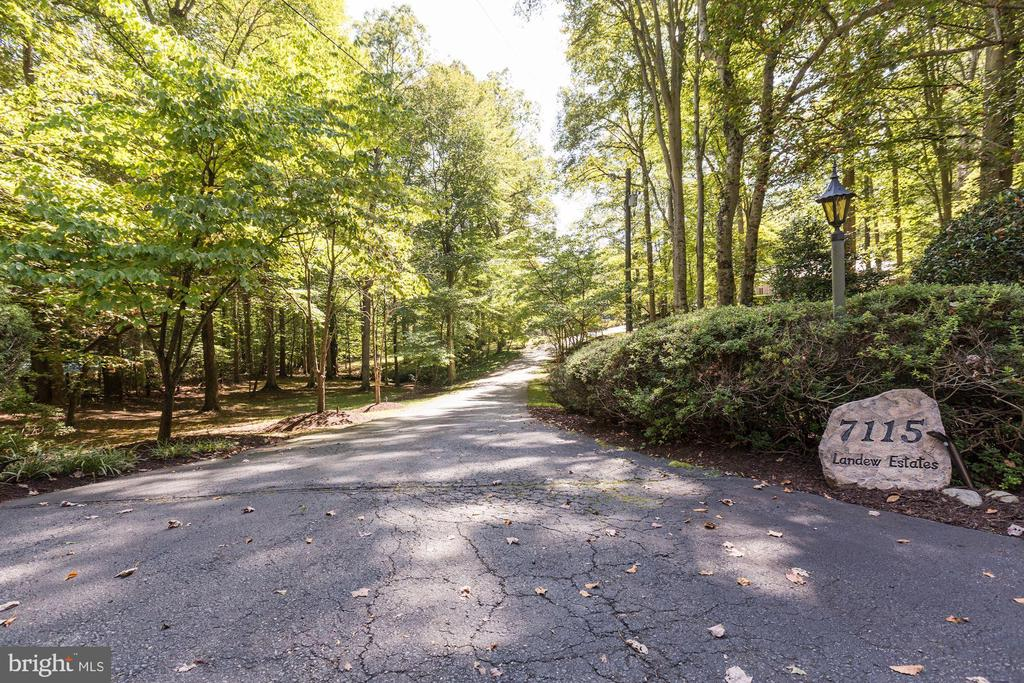 Private front drive - 7115 WOLF DEN RD, FAIRFAX STATION