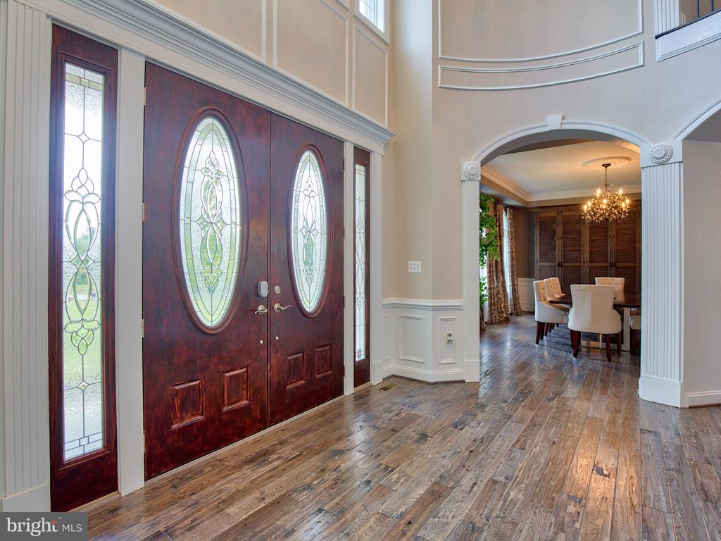 Two story foyer with custom molding - 23429 ROUNDUP PL, ALDIE
