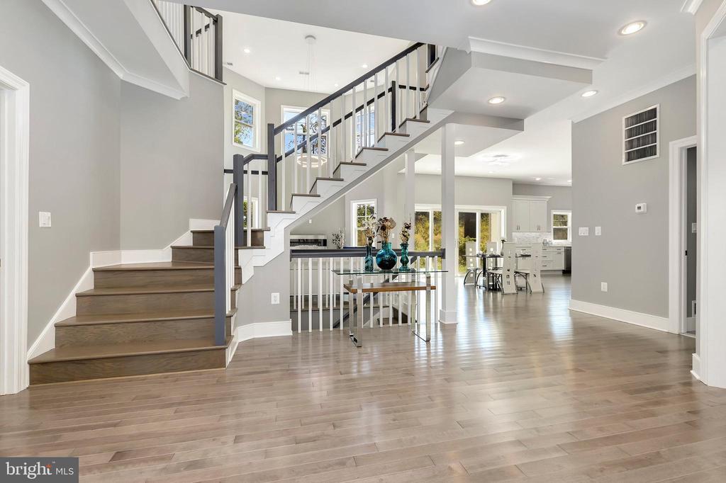 Extra wide open stair case - 1349 GORDON LN, MCLEAN